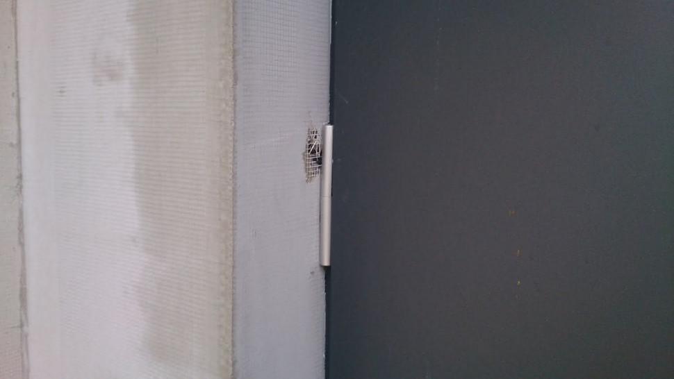 Армирующая сетка должна быть заделана в клей, в том числе в области нагрева глифов.