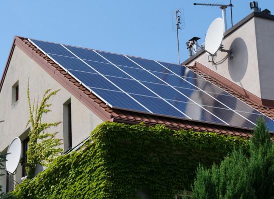 Kolektory słoneczne czy panele fotowoltaiczne? Które rozwiązanie wybrać?