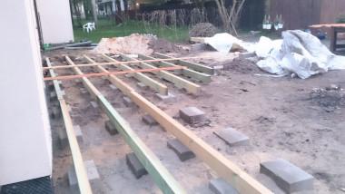 Будівництво дерев'яної тераси: будівництво фундаменту та укладання блоків на цементні та піщані підстилки