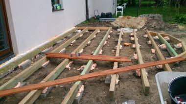 Побудова дерев'яної тераси: вирівнювання балок і стабілізація їх поліуретановим клеєм на час монтажу дощок