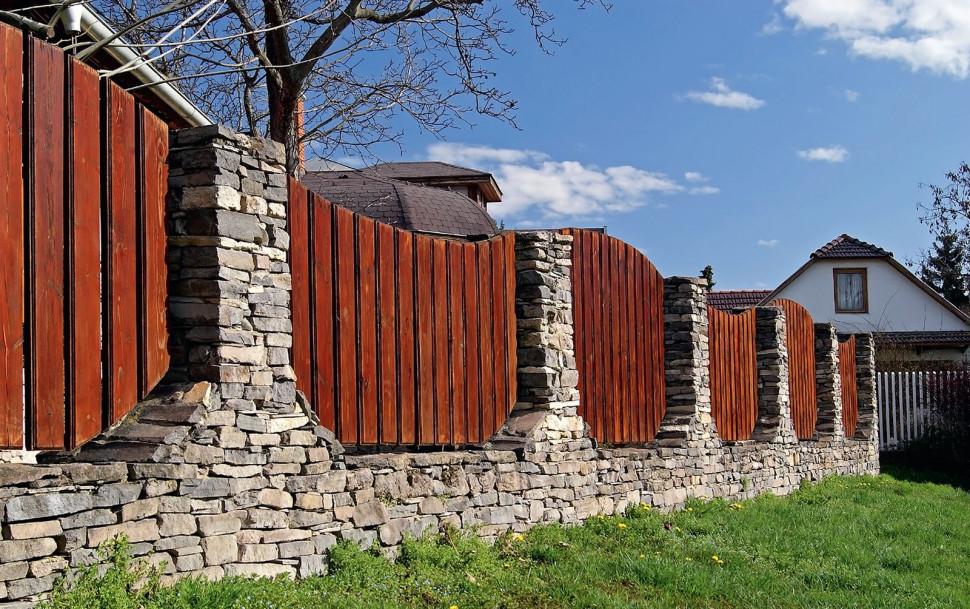 Кирпичный забор с деревянными przęsłami