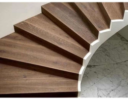 Czy można układać deski warstwowe na schodach?