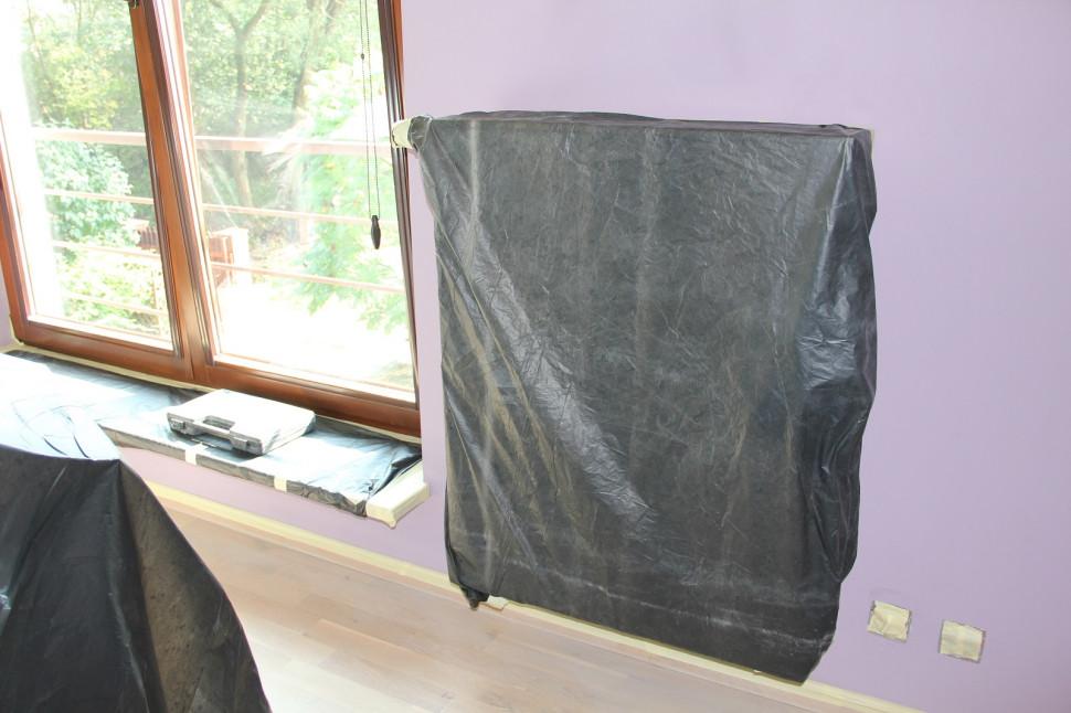 Радиаторы и подоконники закреплены пленкой, плинтусы и окна заклеены скотчем