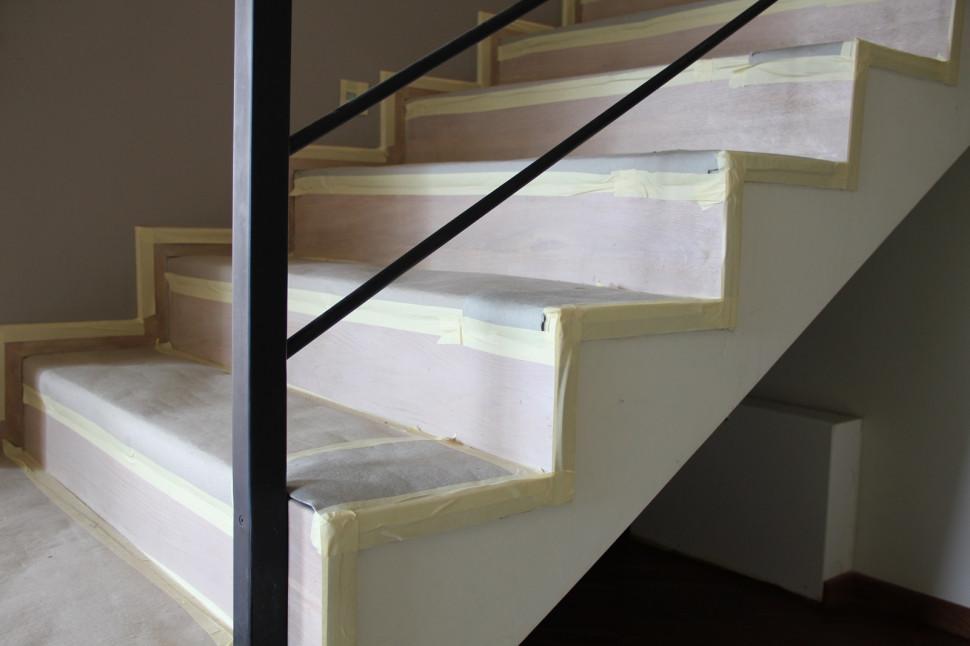 Внутренняя лестница обшита картоном