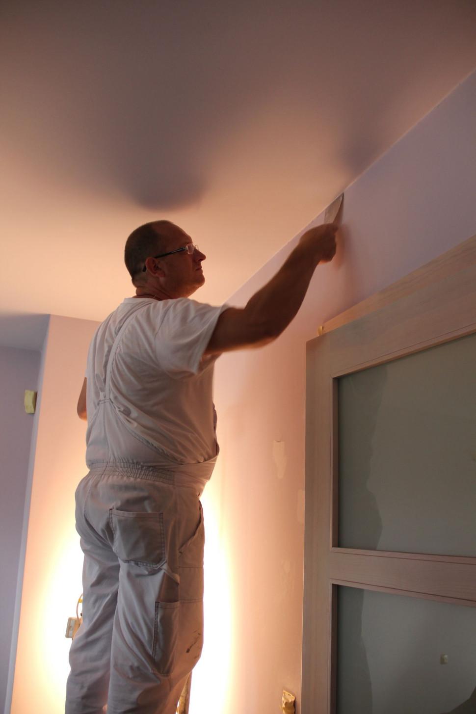 Выполнение мелкого штукатурного ремонта внутри дома