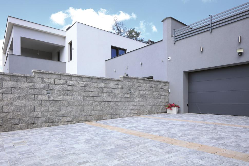 Кирпичный забор из бетонных блоков, создает на фундаменте из железобетона с szalunkiem и арматурой
